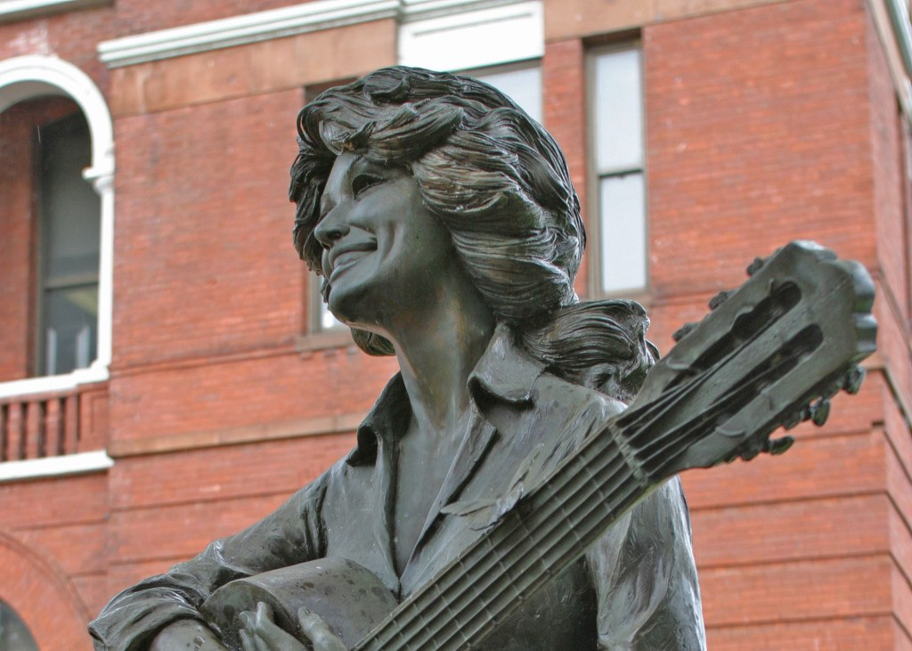 dolly-statue-sevierville-tn